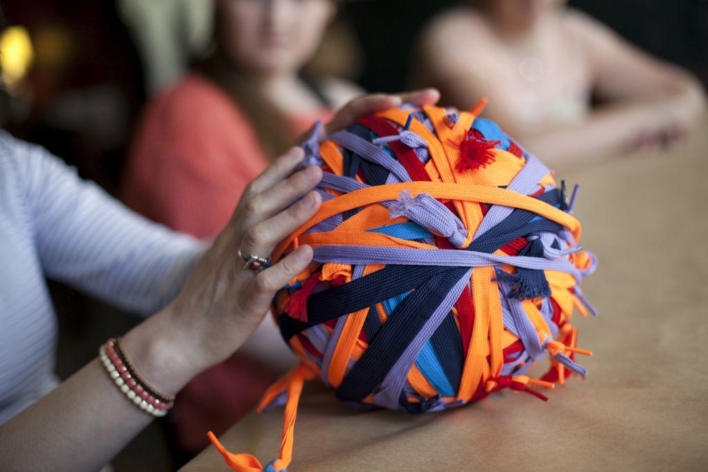 Zdjęcie z zajęć dla wolontariuszy, kula kolorowych sznurków.