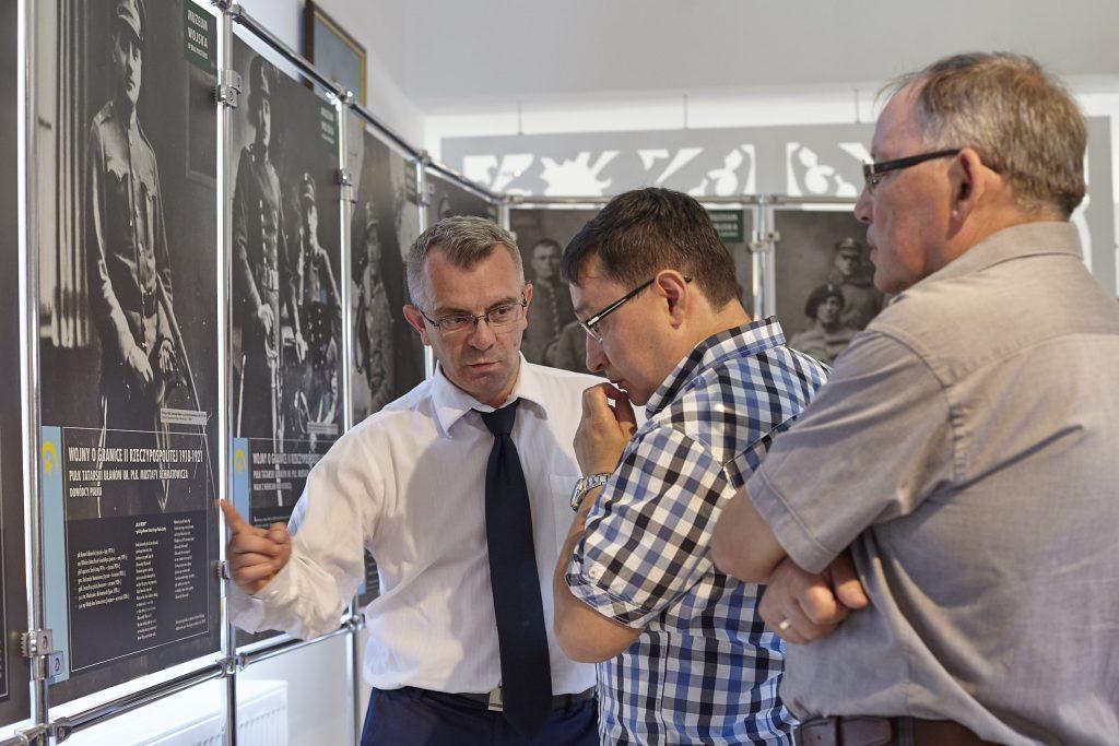 zdjęcie z otwarcia wystawy w Kruszynianach