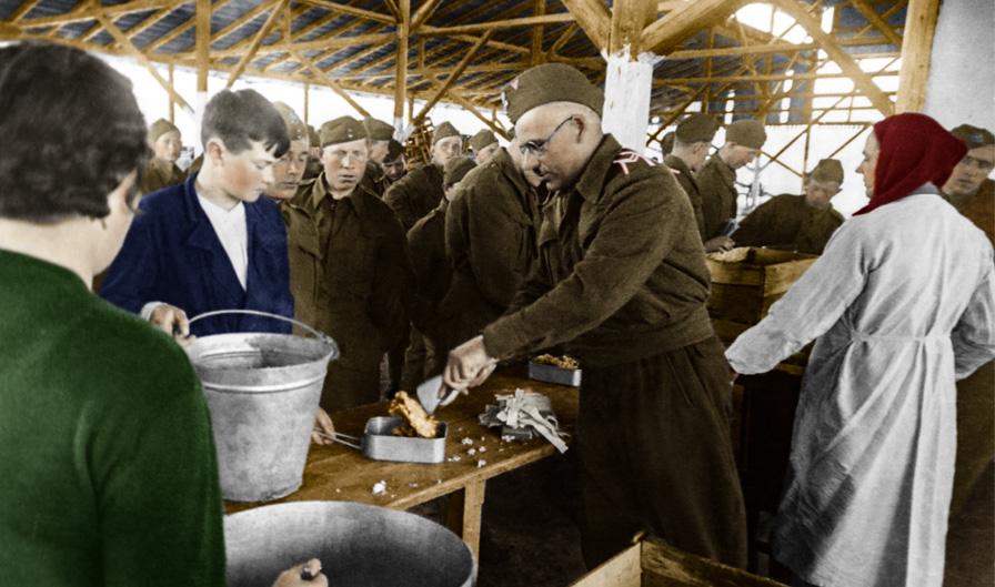 Żołnierze Polskich Sił Zbrojnych w ZSRR w trakcie wydawania posiłku, ZSRR, 1942 rok. Fotografia ze zbiorów Muzeum Wojska w Białymstoku, nr inw. MWB/D/5074.
