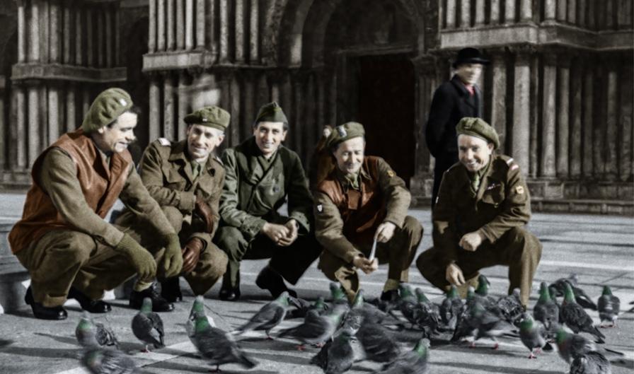 Żołnierze 5. Kresowej Dywizji Piechoty z żołnierzem amerykańskim, na rynku miasta we Włoszech, Włochy, lata 1945-1946. Fotografia ze zbiorów Muzeum Wojska w Białymstoku, nr inw. MWB/D/1587.