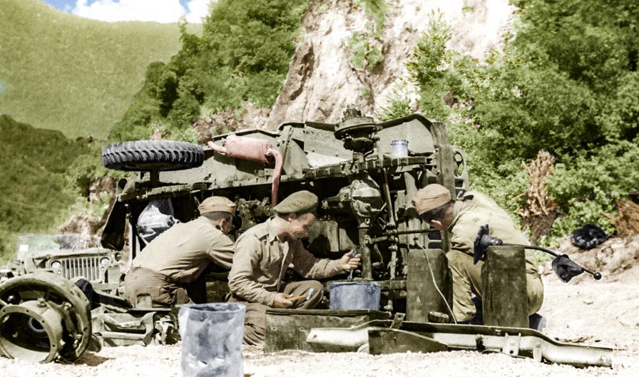 Żołnierze 2. Korpusu Polskiego naprawiający leżący na boku samochód terenowy Willys Jeep, w trakcie walk o Monte Cassino, Włochy, 1944. Fotografia ze zbiorów Muzeum Wojska w Białymstoku, nr inw. MWB/D/5178.