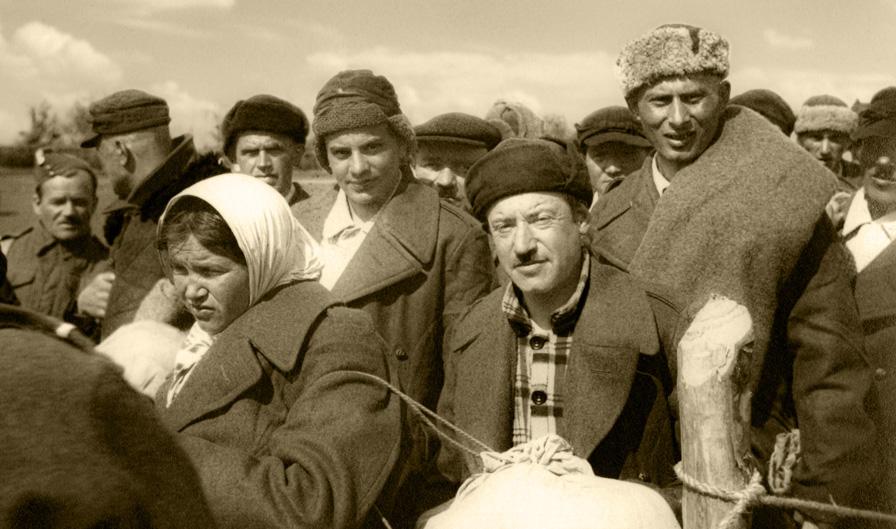 Ochotnicy Polskich Sił Zbrojnych w ZSRR po otrzymaniu brytyjskich płaszczy, ZSRR, 1942 rok. Fotografia ze zbiorów Muzeum Wojska w Białymstoku, nr inw. MWB/D/5112.