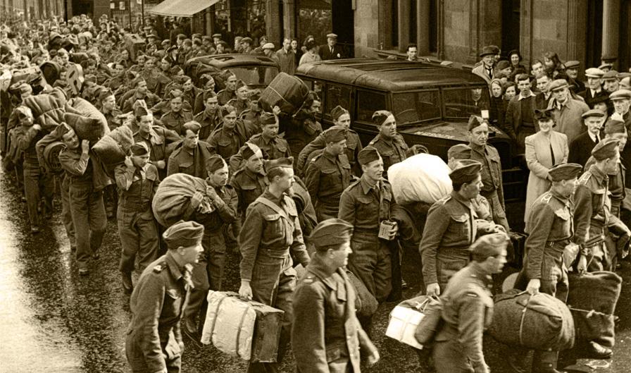Żołnierze Polskich Sił Zbrojnych na Zachodzie na ulicy miasta w Wielkiej Brytanii, ok. 1946 roku. Fotografia ze zbiorów Muzeum Wojska w Białymstoku, nr inw. MWB/D/5043.