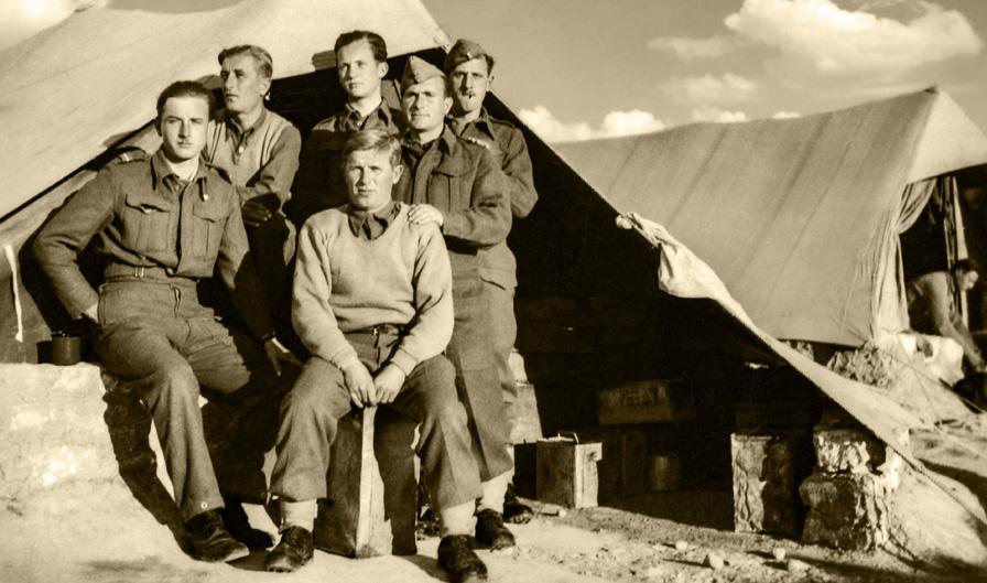 Żołnierze 3. Dywizji Strzelców Karpackich przed namiotem, Irak, ok. 1943 roku. Fotografia ze zbiorów Muzeum Wojska w Białymstoku, nr inw. MWB/D/1851.