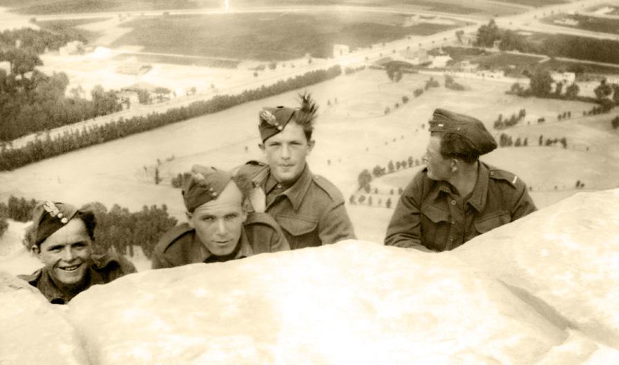 Żołnierze Pułku Ułanów Karpackich przed wyjazdem do Iraku, Egipt, 1942 rok. Fotografia ze zbiorów Muzeum Wojska w Białymstoku, nr inw. MWB/D/4565.