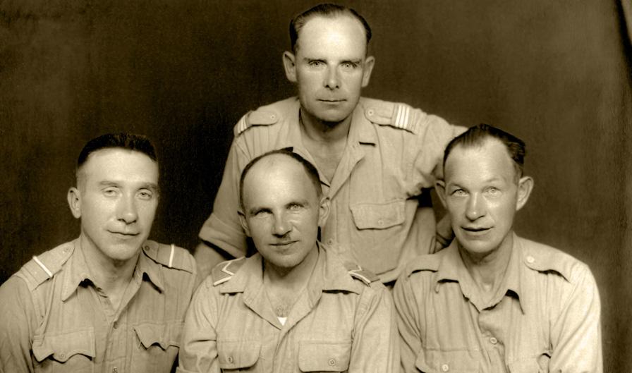 Żołnierze 3. Dywizji Strzelców Karpackich w zaimprowizowanym fotograficznym atelier, Irak, ok. 1943 roku, nr inw. MWB/D/4022.
