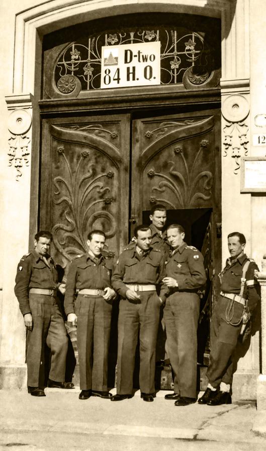 Żołnierze 3. Dywizji Strzelców Karpackich przed budynkiem dowództwa, Włochy, lata 1945-1946. Fotografia ze zbiorów Muzeum Wojska w Białymstoku, nr inw. MWB/D/4060/1.